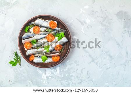 Rozmaring petrezselyem paradicsomok szeletek kerámia tányér Stock fotó © artsvitlyna