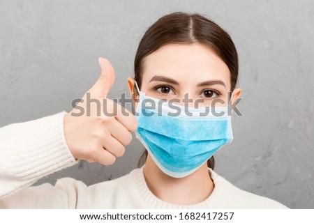 Jonge vrouw medische masker allergie hemel gras Stockfoto © galitskaya