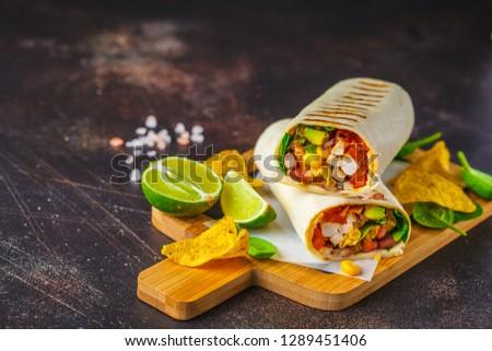タコス · 牛肉 · トマト · パン · サラダ · メキシコ料理 - ストックフォト © dash