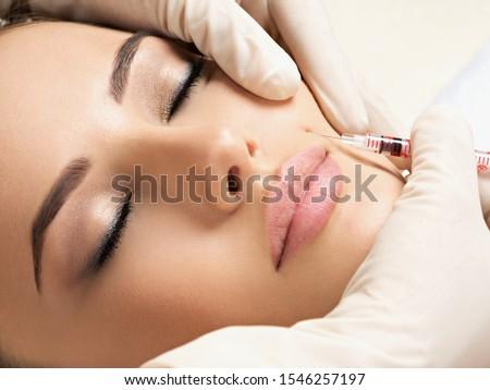 portret · jonge · vrouw · cosmetische · injectie · mooie · vrouw - stockfoto © serdechny