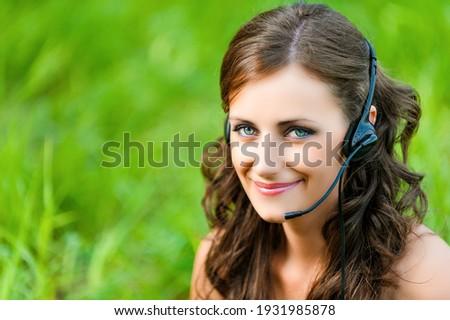 Jovem alegre empresária cabelo castanho falante Foto stock © pressmaster