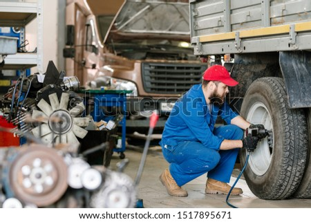 Młodych techniczne inżynier naprawa samochodów usługi wiercenie Zdjęcia stock © pressmaster