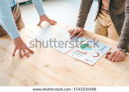 Kettő fiatal görbület pénzügyi papírok fa asztal Stock fotó © pressmaster