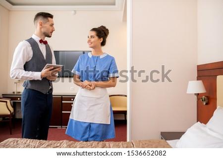 zakenman · bed · praten · telefoon · glimlachend · formeel - stockfoto © pressmaster