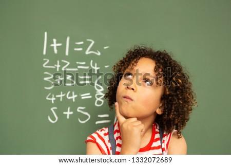 Vorderseite Ansicht nachdenklich Schülerin stehen grünen Stock foto © wavebreak_media