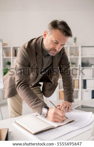 érett építész görbület nyitva notebook asztal Stock fotó © pressmaster