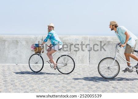 Vista lateral jóvenes caucásico Pareja equitación bicicleta Foto stock © wavebreak_media