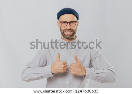 Gibi fikir memnun adam gülümsüyor Stok fotoğraf © vkstudio