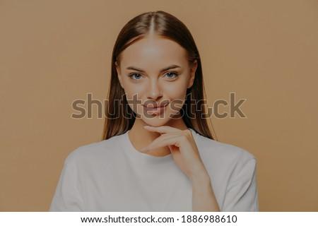 Encantador jovem europeu feminino diretamente Foto stock © vkstudio