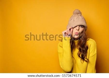 Piękna kobiet żółty trykotowy hat godny podziwu Zdjęcia stock © vkstudio