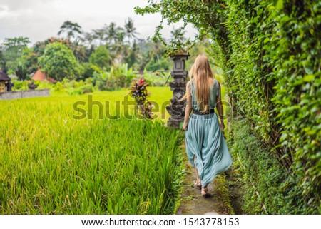 Fiatal nő turista Bali keskeny kényelmes utcák Stock fotó © galitskaya