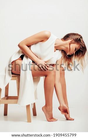 Belle femme blonde séance luxe sous-vêtements tapis Photo stock © PawelSierakowski