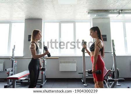 Grupo duas pessoas ginásio crossfit Foto stock © dacasdo
