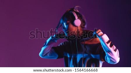 ragazza · cuffie · ascoltare · musica · donna · tecnologia - foto d'archivio © derocz