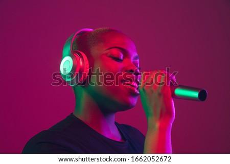 retrato · belo · morena · retro · microfone · mulher - foto stock © nejron
