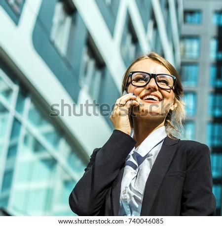 Belo jovem loiro telefone edifício moderno atrás Foto stock © Nejron