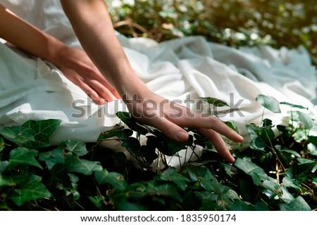 retrato · mujer · ocultación · boca · blanco · manos - foto stock © ambro