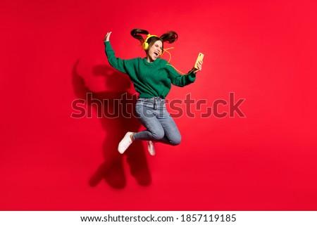 Pozitif kadın cep telefonu mutlu Stok fotoğraf © deandrobot