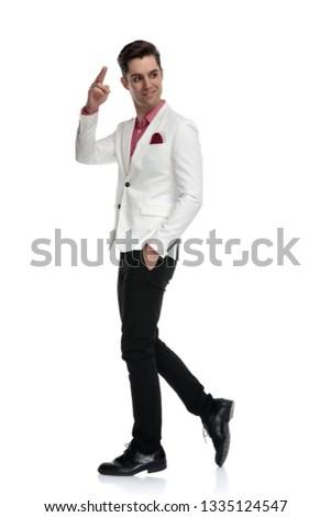 Caminando empresario mirando atrás hombro Foto stock © feedough