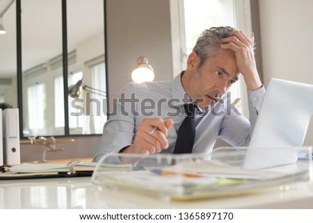 Hangsúlyos érett üzletember kezek fej munka Stock fotó © LightFieldStudios