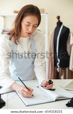 Mulher azul avental desenho novo morena Foto stock © deandrobot