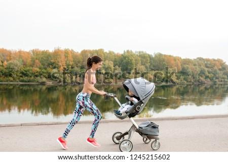 Mère courir maternité coucher du soleil terres Photo stock © blasbike
