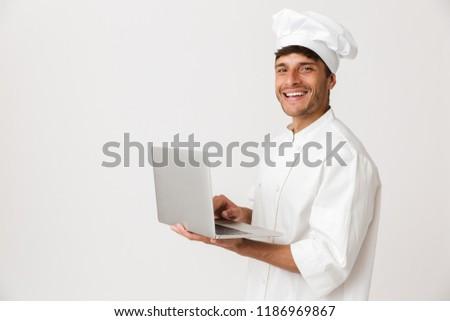 Stok fotoğraf: şef · adam · yalıtılmış · beyaz · duvar · dizüstü · bilgisayar · kullanıyorsanız
