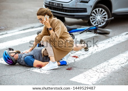 Mujer llamando ayudar inconsciente ciclista calle Foto stock © AndreyPopov