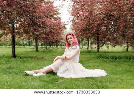 Foto stock: Bastante · sorridente · adolescente · menina · jardim · maçãs