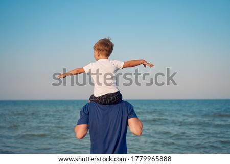 Dois diversão praia assistindo aterrissagem Foto stock © galitskaya