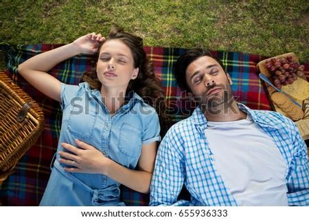 Ver casal adormecido toalha de piquenique parque mulher Foto stock © wavebreak_media