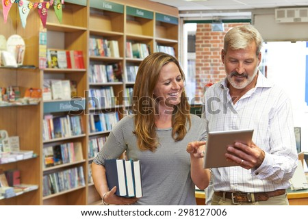 Masculino livraria proprietário digital comprimido cliente Foto stock © HighwayStarz