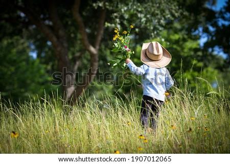 Jongen hoed weide groen gras zon Stockfoto © ElenaBatkova