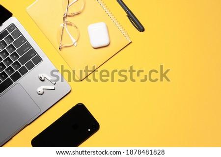 Drótnélküli fülhallgató szemüveg toll mobiltelefon laptop Stock fotó © pressmaster