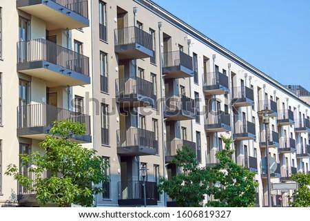 Modern előkelő társasház kerület Berlin Németország Stock fotó © elxeneize