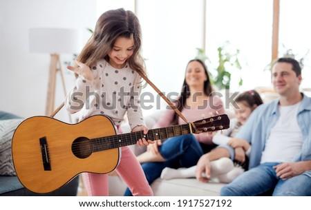 śmiechem szczęśliwy kobiet gitara zabawy wraz Zdjęcia stock © GVS