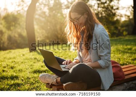 jungen · hübsche · Frau · Laptop · Sitzung · Bank · Park - stock foto © Nobilior
