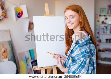 Mosolyog gyönyörű nő festő készít vászon gyönyörű Stock fotó © deandrobot