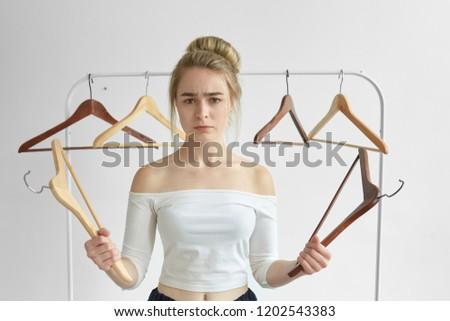 Semmi visel tanácstalan fiatal nő gondolkodik mi Stock fotó © ichiosea