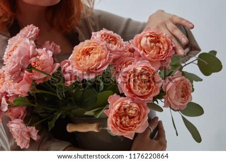 Virágcsokor friss rózsaszín rózsák váza lány Stock fotó © artjazz