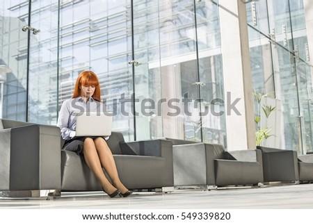 jeunes · femme · d'affaires · dossiers · séance · président · photos - photo stock © deandrobot