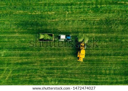 luchtfoto · groot · drogen · hooi · veld · trekker - stockfoto © artjazz