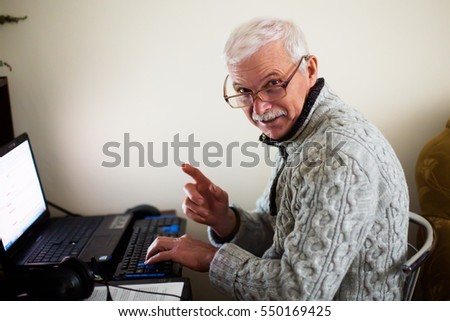 Mosoly idős férfi szemüveg figyelem kézmozdulat Stock fotó © studiostoks