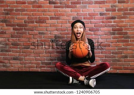 Obraz energiczny dziewczyna 20s posiedzenia piętrze Zdjęcia stock © deandrobot
