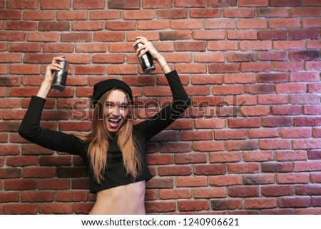 Image hip hop femme 20s permanent mur de briques Photo stock © deandrobot
