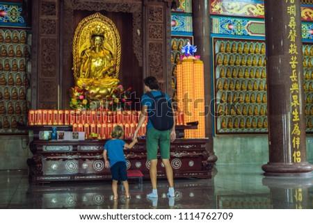 apa · fia · turisták · buddhista · templom · Malajzia · utazó - stock fotó © galitskaya