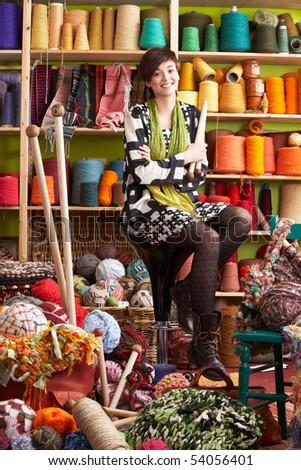 Stok fotoğraf: Genç · kadın · oturma · dışkı · iğneler