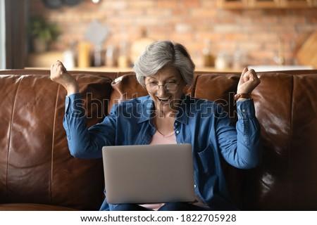 シニア 女性 笑い 読む 座って 階 ストックフォト © lichtmeister
