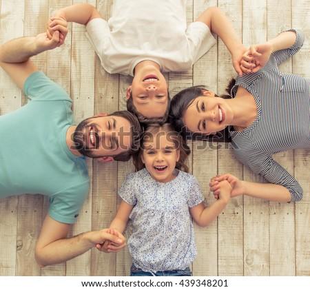 Giovani famiglia genitori figlio figlia guardando Foto d'archivio © pressmaster