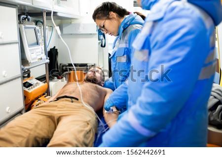 Een twee uniform eerste hulp ziek Stockfoto © pressmaster